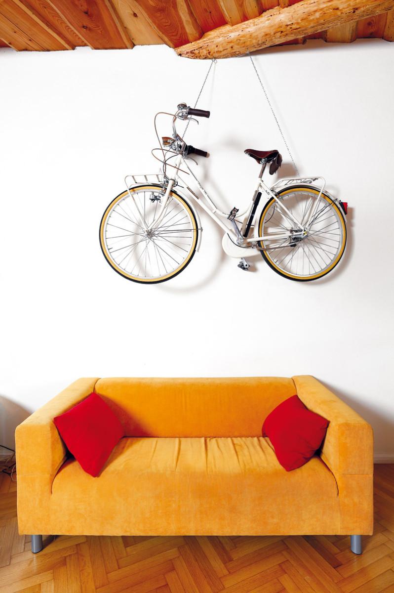 Slavnostní kolo zavěsili na řetězy v obývacím pokoji a povýšili ho na estetický objekt, při slavnostních příležitostech však slouží k původnímu účelu. Našli mu místo na zdi, která je skutečně neobvykle
