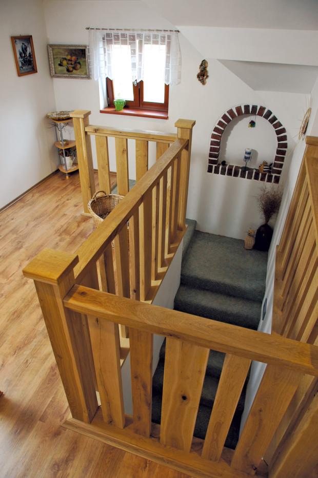 V přírodním stylu. Příklon majitelů k přírodnímu stylu je cítit v domě na každém kroku. Chalupářský ráz novostavby vytvářejí stropní trámy, masivní dřevěné schodiště či dřevěné rámy oken.