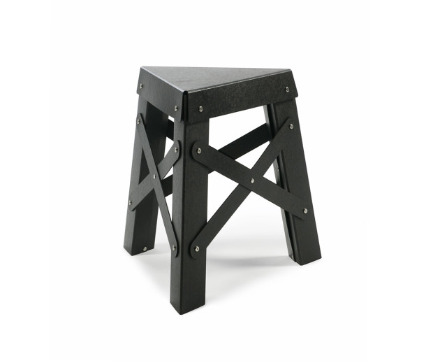 Důmyslný stolek Eiffel z recyklovatelného kartónu, poskládáte si ho sami podle návodu, 46 × 40 × 45 cm, 60 €, www.rs-barcelona.com