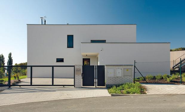Uliční, severní fasáda domu je střídmá a strohá, dům i díky tomu ze svého okolí okatě nevybočuje.