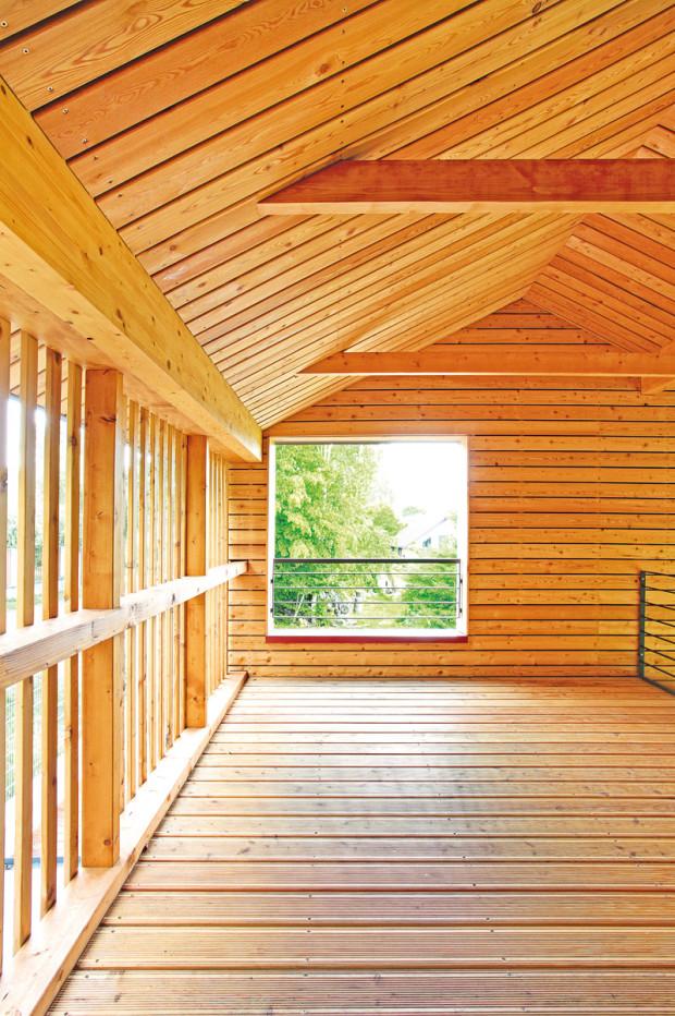 Vysoké lomené stropy, charakteristické pro dřevostavby ateliéru Prodesi, jsou prý inspirované skandinávskými dřevěnými kostely.