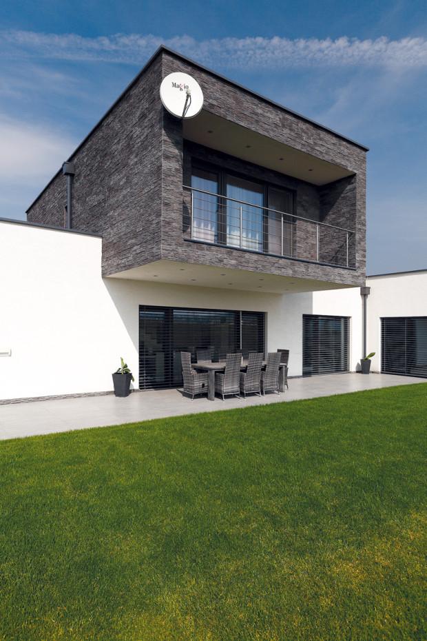 Přesah poschodí vytváří v létě na terase příjemný stín, z východu ji chrání tvarový výběžek přízemí domu, v němž je velká wellness koupelna u ložnice.