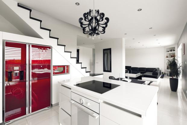 Černá a bílá je elegantní kontrastnou dvojicí, k níž není třeba mnoho dodávat. Na oživení stačí pár barevných nebo tvarových detailů.