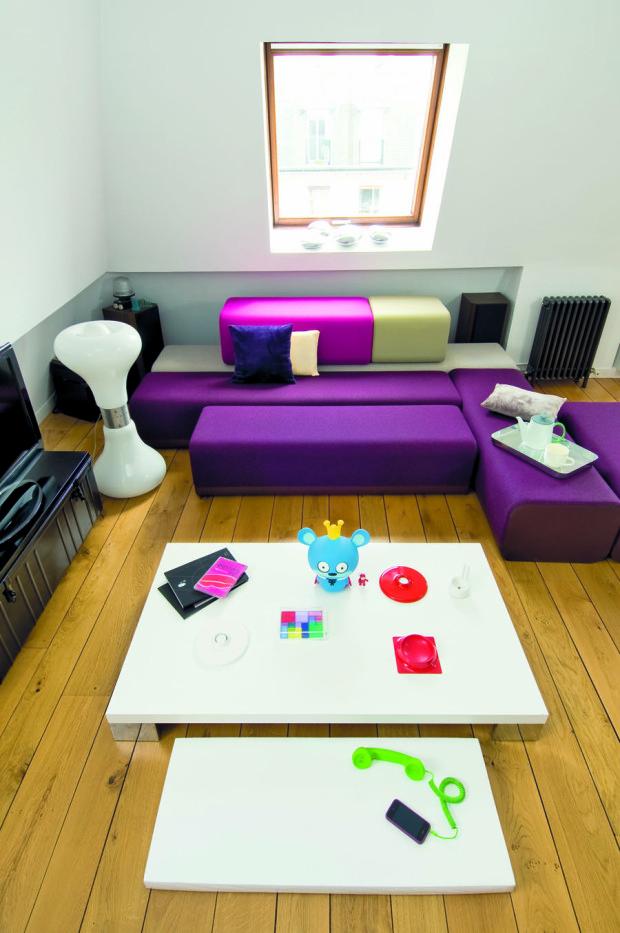 Obývací kout dotvořila designérka pro ni typickou zvláštní kombinací nábytku a doplňků.