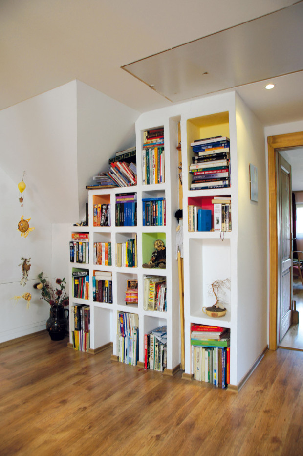 Vlastnoručně. Téměř každému kousku zařízení domu vdechl život tvořivý dotek členů rodiny – například originální knihovnu v podkroví udělala vlastnoručně domácí paní. Jejíma rukama prošly téměř všechny doplňky a dekorace, takže celá domácnost nese její specifický rukopis.