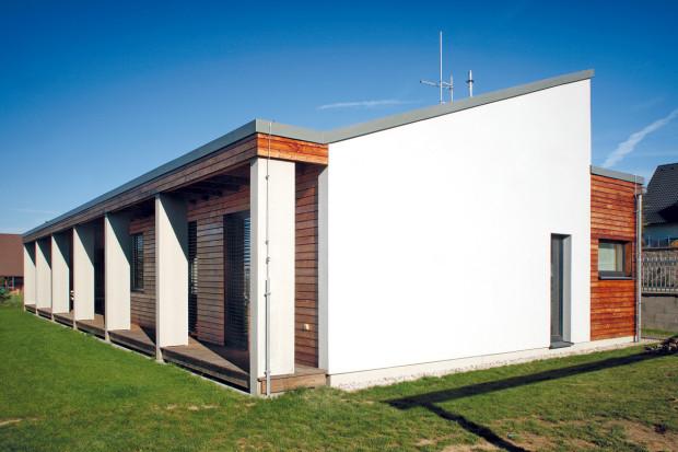 Terasu táhnoucí se podél celé jižní fasády chrání před nepřízní počasí plochá střecha, která plní i funkci slunolamu.