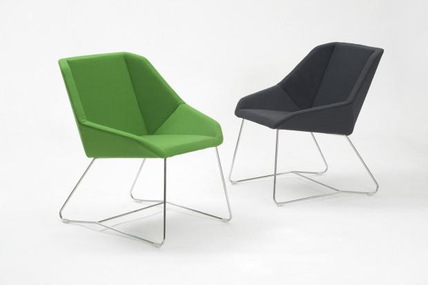 Elegantní polokřesílko Vivero Rosebud, kovová konstrukce se sedadlem ze 100% vlny Gabriel Europost, 77 × 72 × 66 cm, 598 €, www.finnishdesignshop.com
