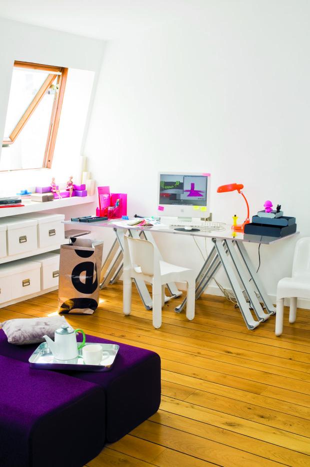 Neutrální bílá barva, na jejímž pozadí vyniknou pestré modely vlastních návrhů. Denní světlo, inspirativní výhled a známé ikony interiérového designu – to je pracovna designérky Marine Peyrové.