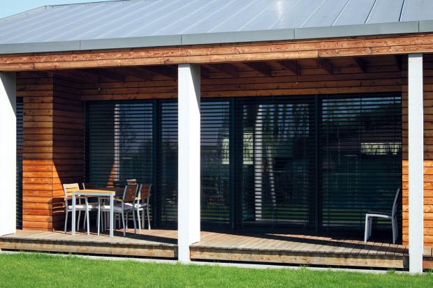 Oporou pro přesah střechy terasy jsou stěnové prvky obložené vláknocementovými deskami. Vedle konstrukční funkce zároveň dělí terasu na sekce odpovídající šířce sousedících pokojů.