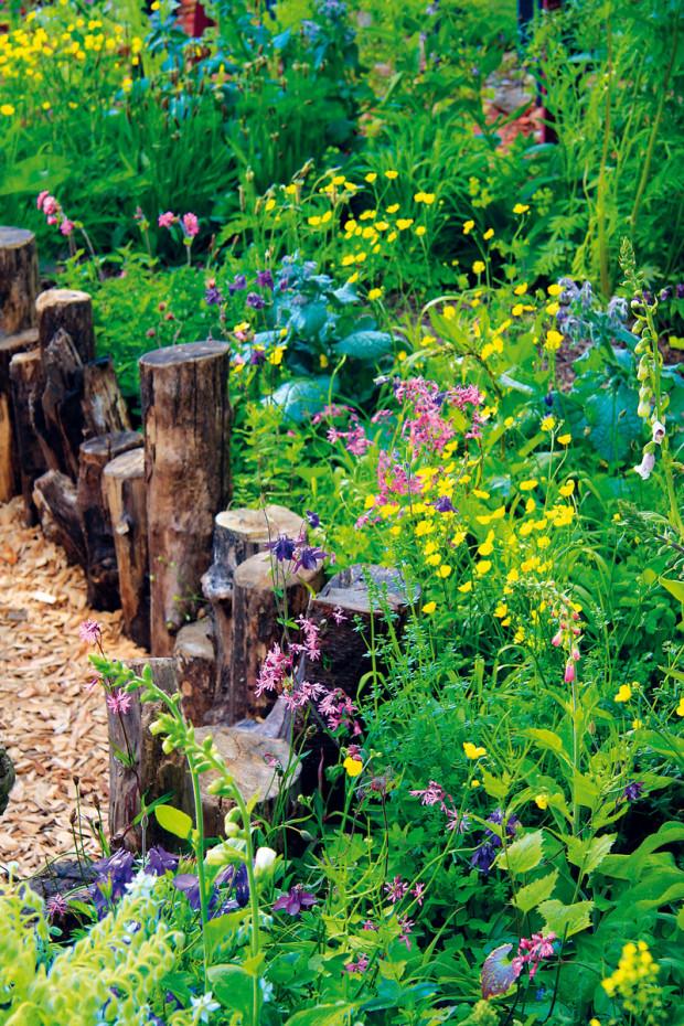 Nenápadné dekorace oživují zahradní prostor. Tak zahrada získala kromě ekologické i modernější tvář.