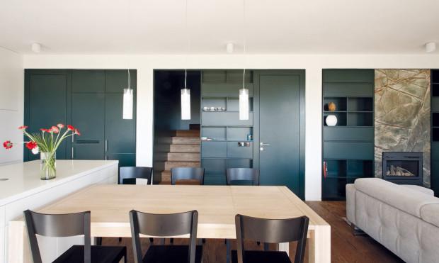 Zabudované skříně jsou taky jakýmsi interiérovým trademarkem architektů. No a proč ne?