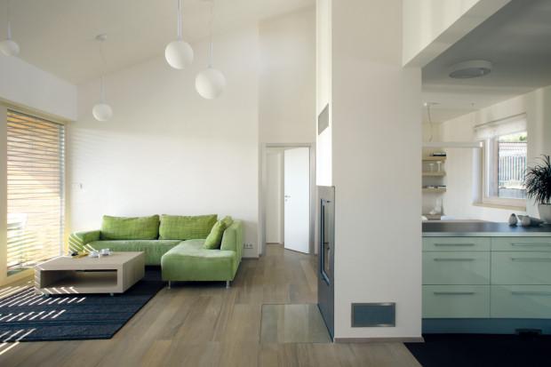 Rafinovaný prostor. Na otevřené denní místnosti je nejpůsobivější sám prostor – účelně členitý v půdorysu a působivě ve výšce.