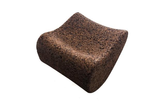 Baculatá lenoška CaCo Rolling Sofa, 100% přírodní korek, 80 × 70 × 42 cm, 1 035 €, www.cacoshop.com