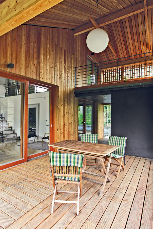 Od jara do podzimu je venkovní terasa podél domu součástí obývacího prostoru. Stírá hranice mezi vnitřním prostorem a zahradou, čímž dokonale splňuje hlavní zadání investorů.