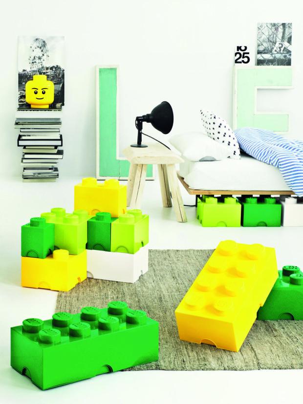 Úložné boxy (ať už plastové, papírové, kovové, dřevěné nebo proutěné) jsou nejrychlejším, nejlevnějším a nejzábavnějším řešením úložných prostor. (foto: Lego)