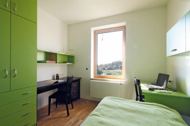 Zelený a modrý pokoj slouží starším synům, ten nejmladší na kompletní zařízení ještě čeká.