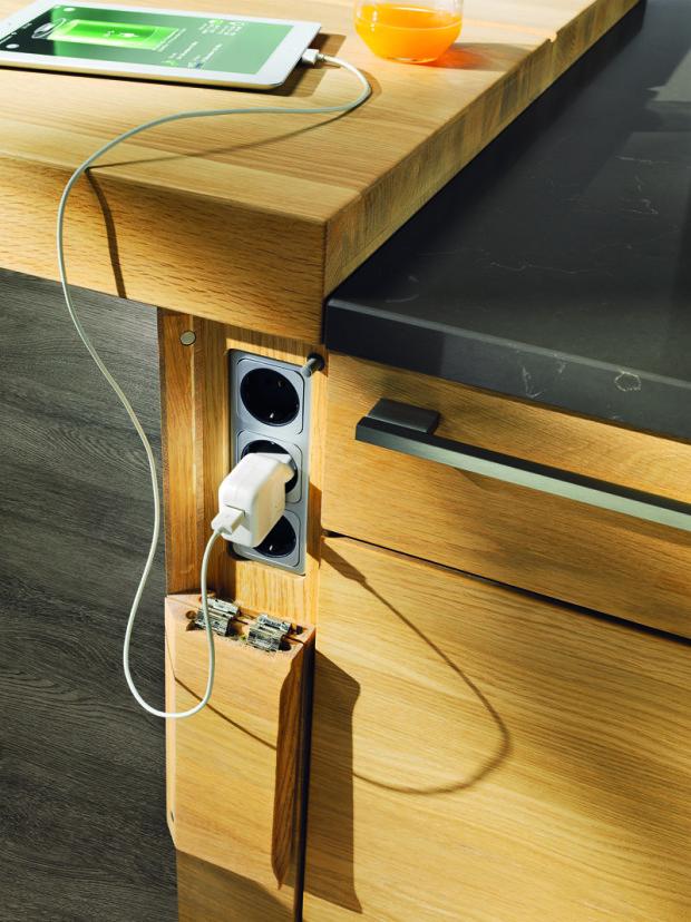 Absolutně skryté. Čistý design si žádá promyšlené úkryty na vše, co je potřeba mít rychle po ruce. V moderní kuchyni, oplývající nepřeberným množstvím spotřebičů a dalšího příslušenství, které vyžaduje připojení k síti, není nikdy dost zásuvek.