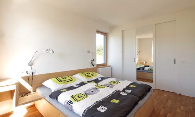 Do nevelké ložnice rodičů si majitelé nechali navrhnout nábytek na míru – lépe využijí nabízený prostor.