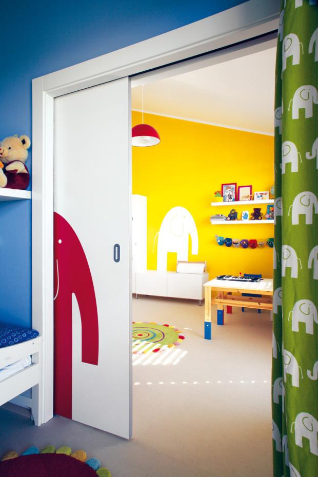 Dětské pokoje jsou zařízeny jednoduchým, praktickým nábytkem. Prostřednictvím stěn, textilií a doplňků jim však rodiče dopřáli živou a veselou barevnost.