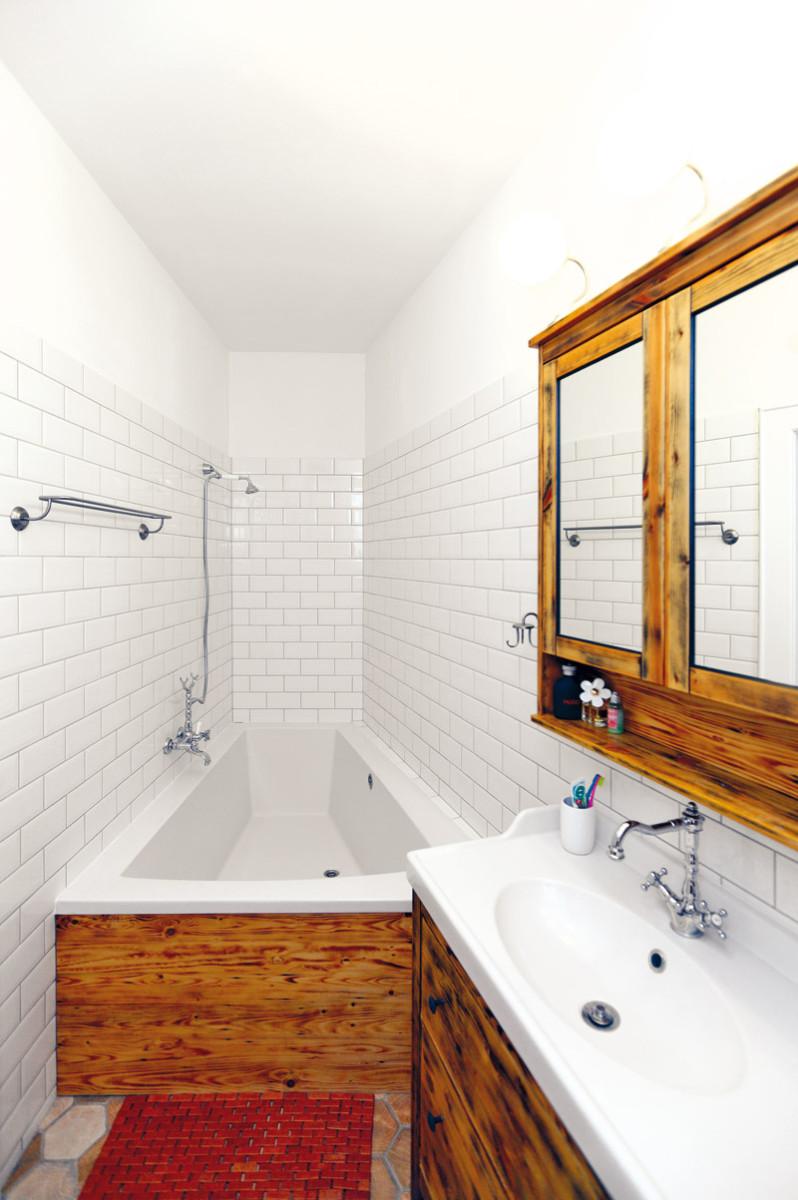 """Atypická koupelna. V malém prostoru jsou """"nepravé úhly"""" mnohem zřetelnější. """"Dlouho jsme hledali vhodnou vanu. Naštěstí je dnes nabídka široká, takže jsme nakonec našli takovou, která sem přesně sedla,"""" vypráví designér."""