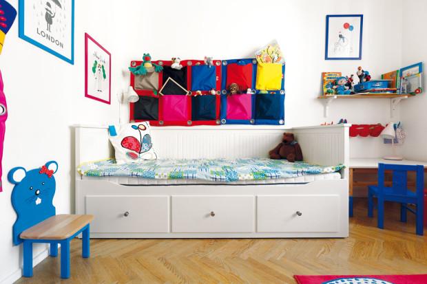 Pokoj malého Daniela je zařízen jednoduše, tak, aby měl dostatek místa na hraní na zemi. Nechybí praktický šatník s nenápadnými bílými lamelovými dveřmi, univerzální bílý nábytek oživují pestré textilní hračky a doplňky.