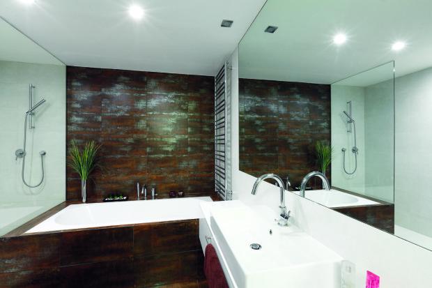 Koupelna se zvětšila několikanásobně, tmavé obklady dávají koupelně punc exkluzivity a luxusu, původně se uvažovalo, že bude černá dlažba v celém interiéru.