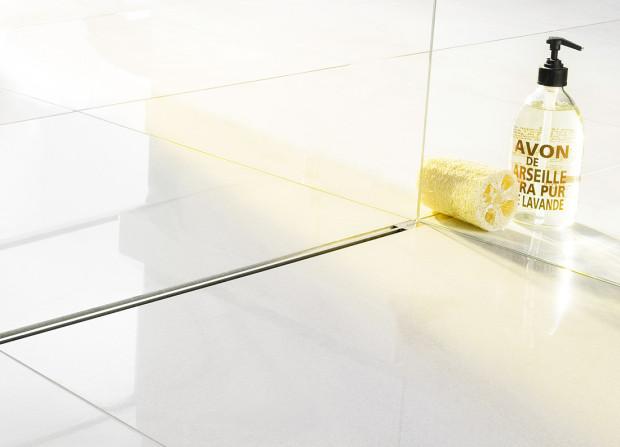 Pouze 4 milimetry široký odtokový rošt je mimořádně výkonný. Odtok umístěný přímo pod sprchovým žlábkem Advantix Vario se dodává i ve speciální ploché variantě, určené speciálně pro rekonstrukce. (Foto: Viega)