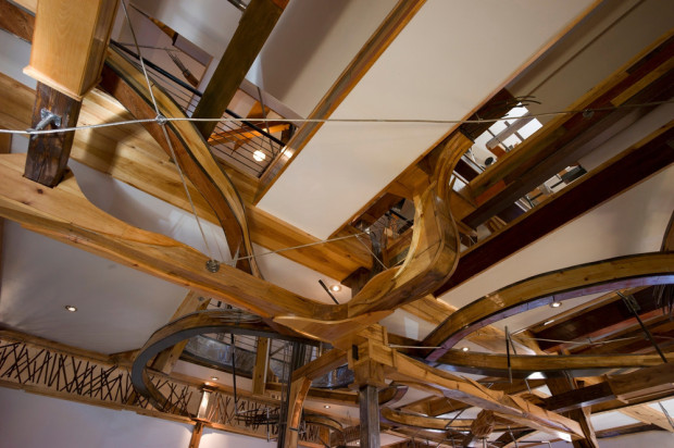 """Jako pavučina se domem vinou dřevěná """"chapadla"""" – od přízemí až po poslední patro."""