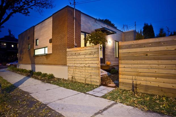 Přístavba by nebyla možná jak z hlediska financí, tak kvůli nedostatku prostoru. Majitelé se nechtěli vzdát alespoň malé zahrádky za domem.