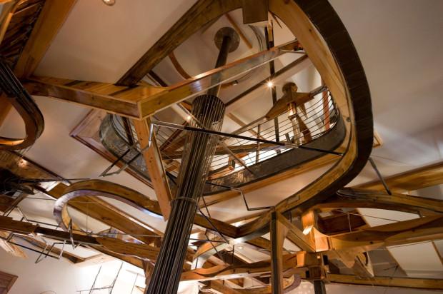 Ve stropě jsou vytvořeny průhledy napříč celou výškou domu. To přispívá k monumentálnímu dojmu z prostoru.