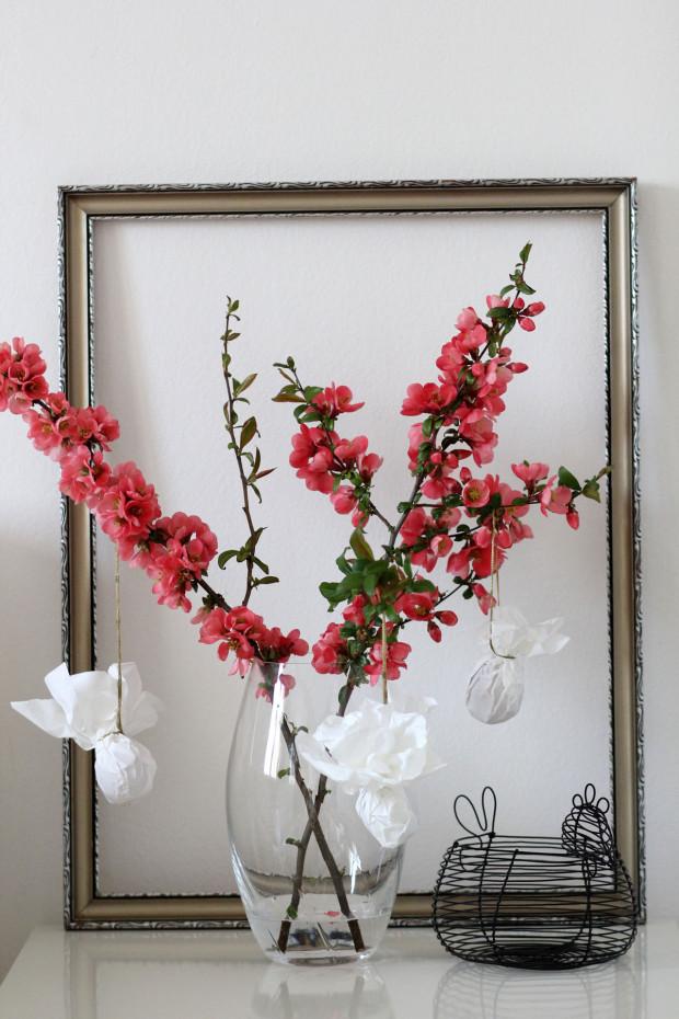 Květiny či větvičky ve vázách, stejně jako ostatní dekorace, oživují jinak neutrální barevný základ interiéru. Inspiraci na tvoření dekorací nachází Bára na internetu, oblíbených blozích a někdy i u svých dětí.