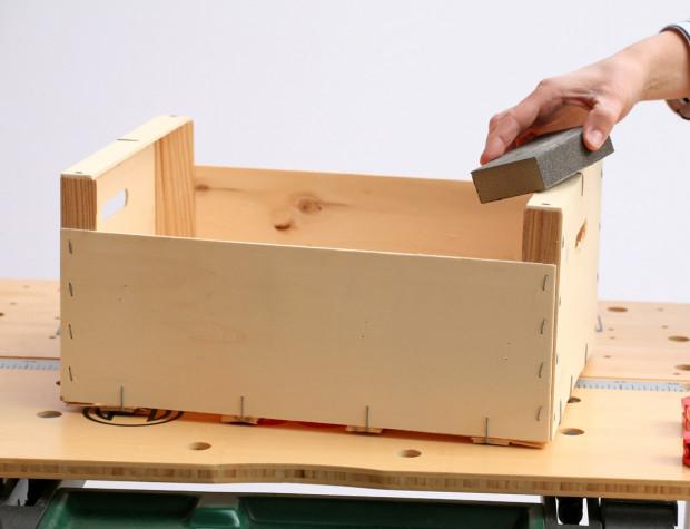 Aby hrany bedničky nebyly ostré, přebruste je brusnou hubkou nebo brusným papírem.