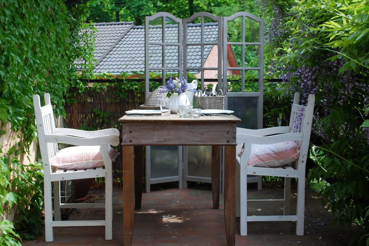 Nebojte se starých a různých kusů zahradního nábytku. Venkovskou terasu zútulní. (foto: Bella Rose)