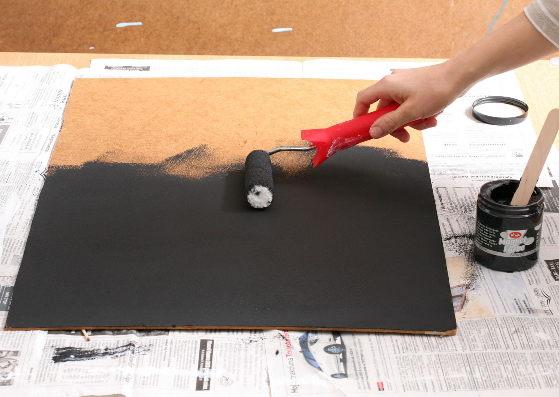 2 Dokud rám schne, naneste válečkem na sololit magnetickou barvu. Čím více vrstev nanesete, tím lépe na něm budou magnetky držet. My jsme nanesli sedm vrstev.