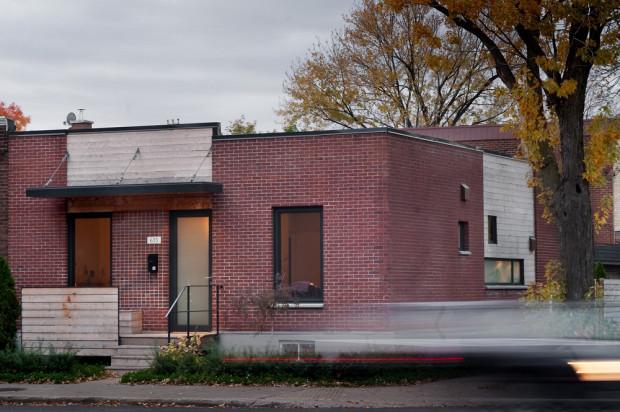 Přední fasáda zůstala tradičně konzervativní. Malá okna chrání soukromí spokojených obyvatel tohoto nedávno zrekonstruovaného domku.