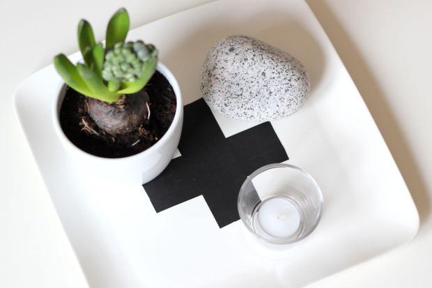 Dobrý nápad! Obyčejný bílý podnos se díky černé dekorační pásce dokáže přeměnit na téměř designový. Když křížkový trend omrzí, stačí pásky odlepit.