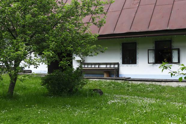 Dvůr nechali zarůst trávou a sedmikráskami po vzoru nedalekých luk. Strmé plechové střechy jsou typické pro oblast Žiarské doliny.