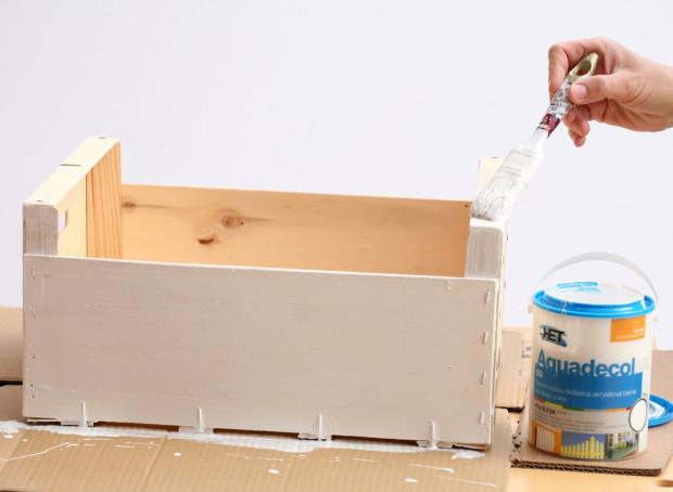 Bedničku natřete bílou (nebo tónovanou) barvou.