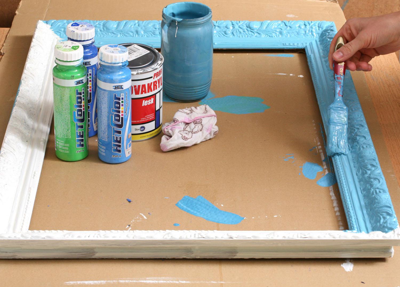 3 Ve sklenici zadělejte tyrkysovou barvu. Do bílé přidejte světle modrou a světle zelenou. Barvu naneste na rám.