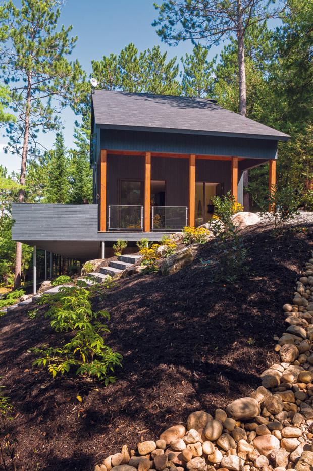 Ohleduplně. Aby šetřili náklady i životní prostředí, usadili architekti stavbu v souladu s přáním manželů, kteří dům vlastní, na původní základy staré rekreační chatky. Svůj pozitivní vztah k přírodě majitelé zdůraznili i minimálními zásahy do terénu a okolní vegetace.