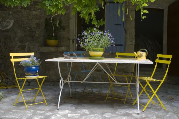 Pokud toužíte po atmosféře francouzského venkova, vsaďte na přírodní kámen a kovový nábytek. To vše v objetí bujně rostoucí popínavky. (foto: thinkstock.cz)