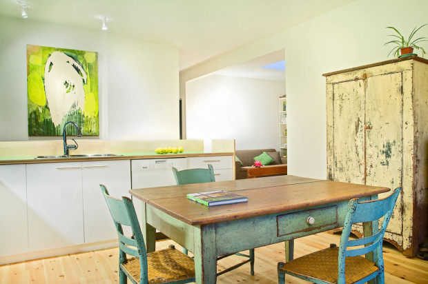 Moderní minimalistický nábytek z truhlářské dílny doplnil kusový nábytek s moderní patinou.
