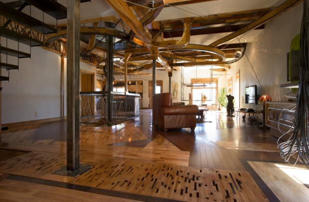 Obývací prostor je vzdušný, zařízený celkem skromně. Na podlaze najdeme ztřeštěnou mozaiku z nejrůznějších druhů dřeva.