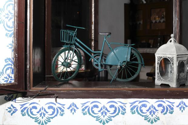 Původní kastlová okna obnovili a fasádu kolem nich vyzdobili řemeslníci romantickou modrou výmalbou – s podobným detailem se na starých domech na středním Slovensku setkáte často.