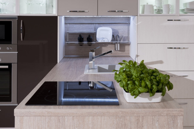 Dekorativní panely se vyrábějí ze stejných materiálů jako pracovní desky, což jim zaručuje vysokou odolnost proti oděru i při čištění. Pokud si zástěnu objednáte u výrobce spolu s kuchyňskou linkou, máte záruku, že dekory budou perfektně sladěné.  (foto: Decodom)