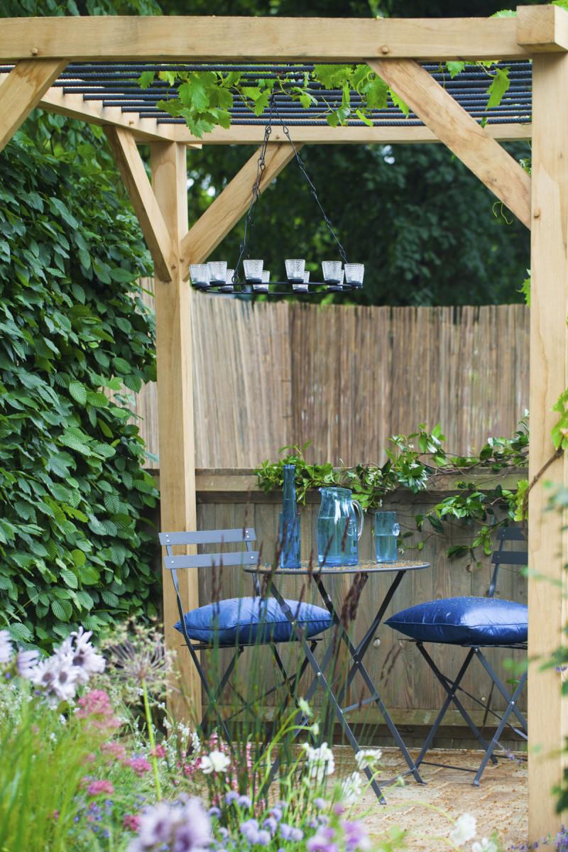 Terasa by měla být v závětří. Jako větrolamy se osvědčily dřevěné konstrukce obrostlé popínavými rostlinami či bambusové rohože. (foto: thinkstock.cz)
