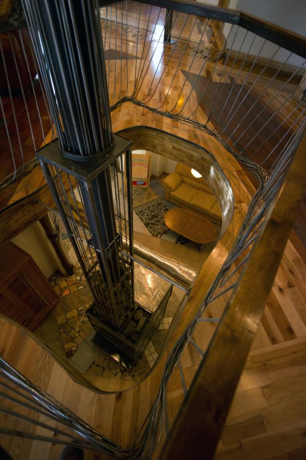V přízemí dřevěnou mozaiku nahradila skládačka z keramických obkladů.