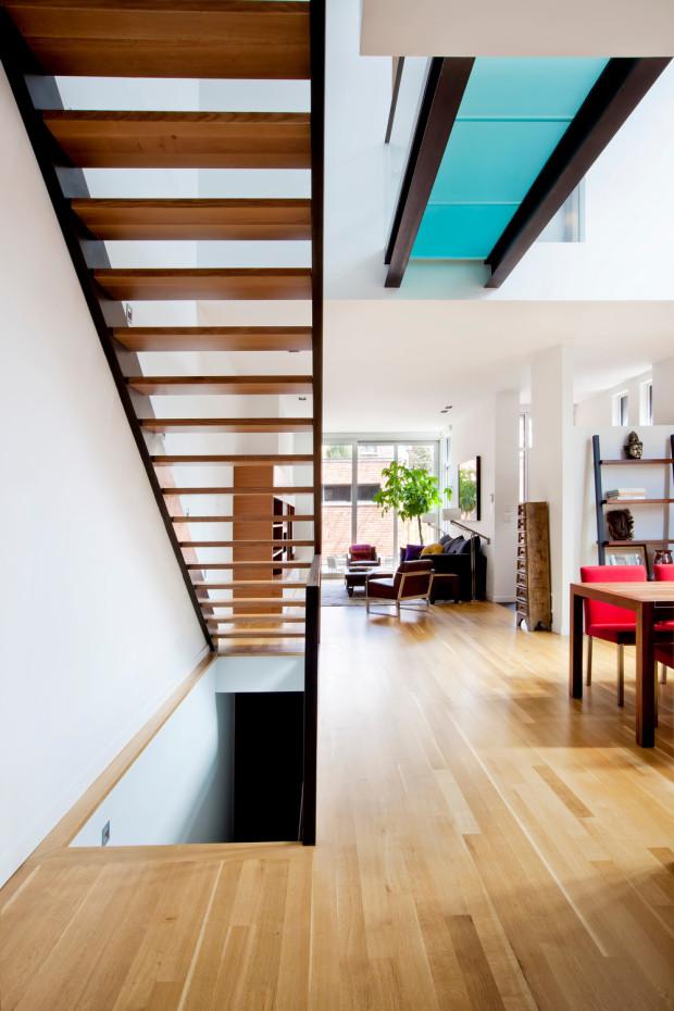 …na něž navazuje útulný obývací kout s výhledem do zahrady.