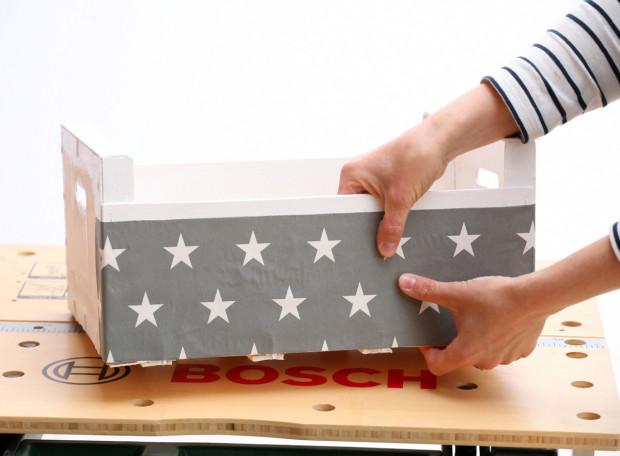 Papír opatrně přiložte ke stěně bedničky a postupně vytlačte směrem od středu do stran vzniklé vzduchové bubliny.