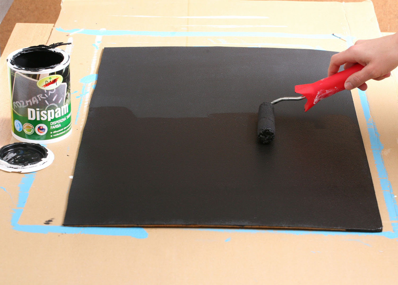 5 Když všechny vrstvy magnetické barvy uschnou, naneste na sololit ještě tři vrstvy tabulové barvy, aby byla tabule také dobře umyvatelná.